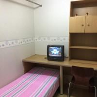 창측이 아닌 내실 룸 구조 입니다.  침대와 책상, 수납공간을 제공하고 있으며 필요시 작은  TV를 이용하실 수 있고 방마다 개별 인터넷 선을 설치하여  컴퓨터 사용시 …